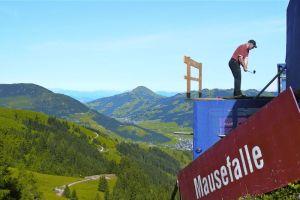 Kitzbuhel je každoročne miestom golfového festivalu. Hrá sa aj na známej zjazdovke Streif.