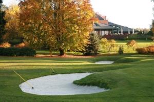 Jeseň na ihrisku v Golf resorte v Karlových Varoch (v pozadí klubový dom).
