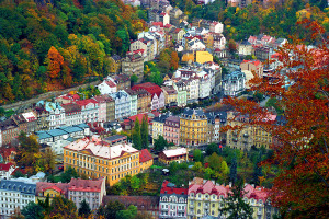Opravené domy v Karlových Varoch hýria farbami.